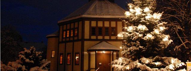 die verschneite Heilandskirche abends mit erleuchtetem Christbaum