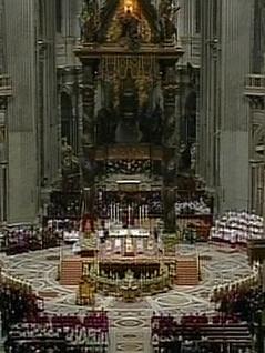 Petersdom während der Christmette in einer Totalaufnahme von oben