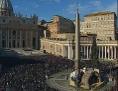 Petersplatz am Christtag mit einer großen Menschenmenge um die Krippe