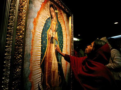 Pilgerin berührt Bild der heiligen Jungfrau von Guadalupe in Mexico City