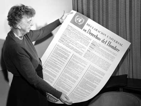 Eleonore Roosevelt hält die Allgemeine Erklärung der Menschenrechte in den Händen.