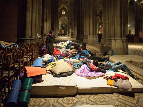 Matratzenlager  Flüchtlinge in Kirche: Runder Tisch noch vor Weihnachten ...