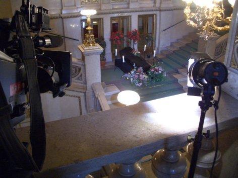 Im Bild: Nachgestellte Begräbnisfeier auf der Feststiege der Wiener Staatsoper.