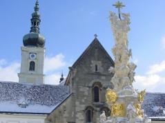 Innenhof des Stiftes Heiligenkreuz mit Kirche und barocker Dreifaltigkeitssäule