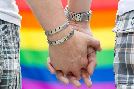 Zwei schwule Männer händchenhaltend