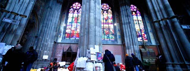Votivkirche: Flüchtlinge und Kirchenfenster