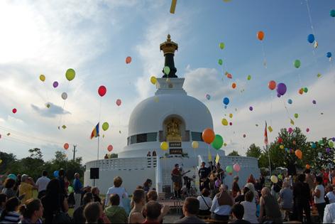 Vesakhfest 2008 vor der buddhistischen Friedenspagode in Wien