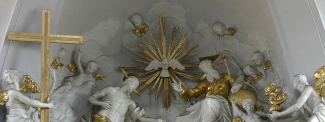 Darstellung der Dreieinigkeit über dem Hochaltar der katholischen Kirche Stockerau