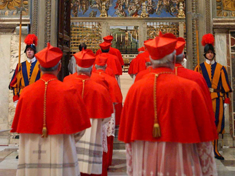 Kardinäle versammeln sich zum Konklave in der Sixtinischen Kapelle