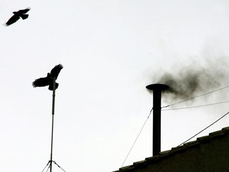 Schwarzer Rauch steigt über der Sixtinischen Kapelle auf
