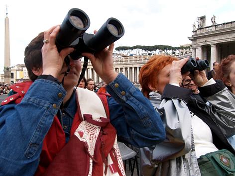 Schaulustige beobachten am 18.4. 2005 auf dem Petersplatz in Rom den Vatikan und die Sixtinische Kapelle