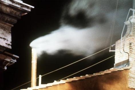 Archivbild vom 16.10.1978: Weißer Rauch, der aus einem Schornstein des Vatikans kommt, verkündet eine erfolgreiche Papstwahl.