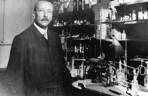 Im Bild: Fritz Pregl erhält 1923 den Nobelpreis für Chemie.
