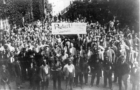 Im Bild: Beginn der Demonstration gegen den Freispruch der Angeklagten im Schattendorfer Prozeß am 15. Juli 1927.