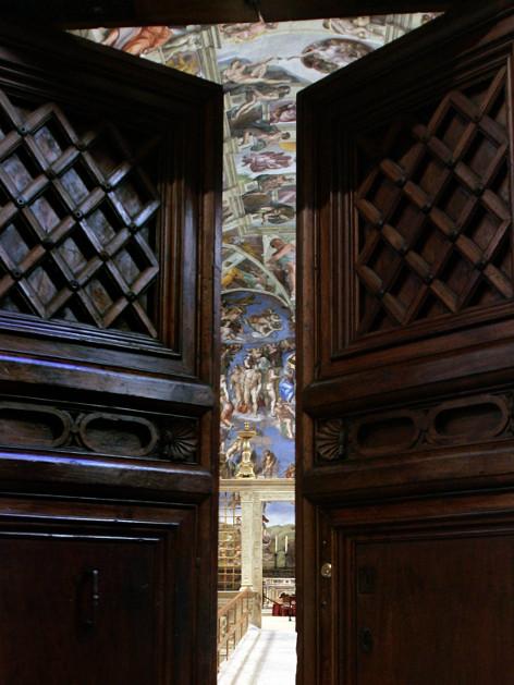 Blick durch die fast geschlossenen Türen der Sixtinischen Kapelle auf das berühmte Deckenfresko