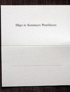 """Ein Stimmzettel für die Papstwahl mit den Worten """"Eligo in Summum Pontificem"""""""