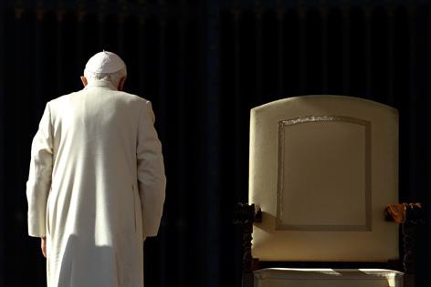 Papst Benedikt XVI. verlässt nach einer Generalaudienz seinen Stuhl und kehrt der Kamera den Rücken