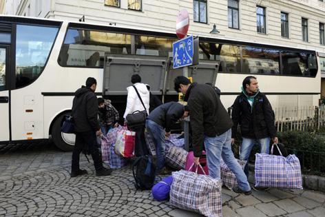 Die Votivkirchen-Flüchtlinge kommen mit einem Reisebus vor dem Servitenkloster an