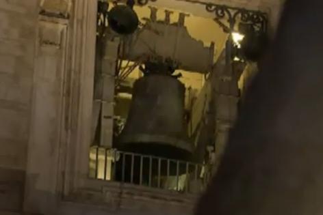 Weißer Rauch und Glocken am Petersplatz