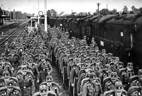 Im Bild: Arbeitsmänner aus Österreich nach langer Bahnfahrt.
