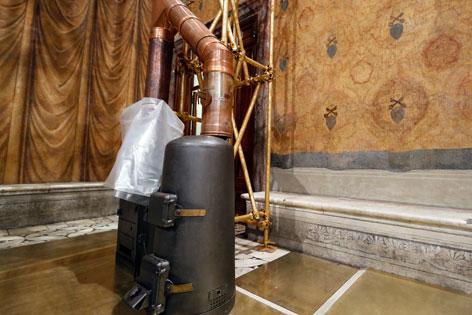 Der Ofen in der sixtischen Kapelle, in dem die Wahlzettel der Kardinäle verbrannt werden.
