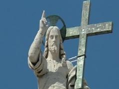 steinerner Auferstandener mit Siegesgeste auf dem Petersdom