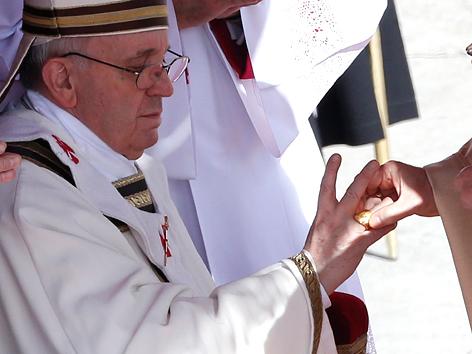 Papst Franziskus bekommt den Fischerring übergestreift