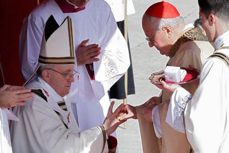 Papst Franziskus erhält den Fischerring
