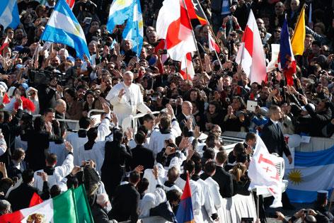 Papst Franziskus fährt in einem offenen Fahrzeug durch die Menschenmenge
