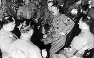 Im Bild: 9.November 1938: Hitler feiert im Kreise der engsten Parteifreunde den Jahrestag der Novembererhebung 1923.