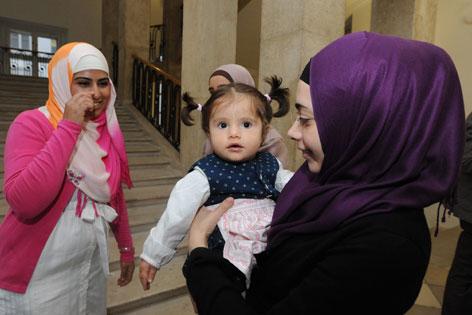 Zwei Musliminnen mit einem Kind