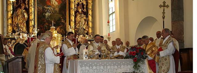Altar mit den Patres während des festlichen  Hochgebets