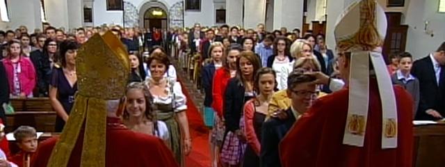 Mädchen und Burschen werden von Altabt Nicolaus und Abt Johannes gefirmt, Ansicht vom Altar aus