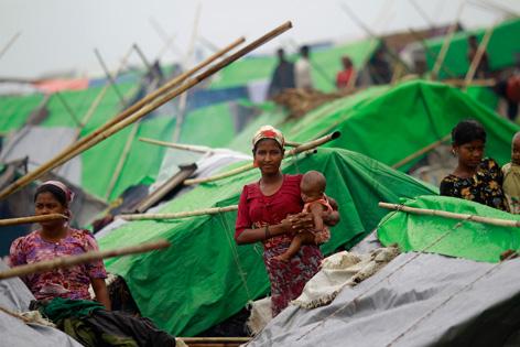 Mutter mit Baby in einem Flüchtlingscamp in Burma