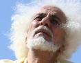 Abraham hebt die Hände Richtung Himmel (von Schauspieler nachgestellt)