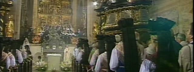Dom zu Gurk während des Hochamts. Altar mit Chor und Gemeinde
