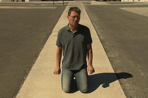 Schauspieler Michael Fitz auf Knien in Fatima