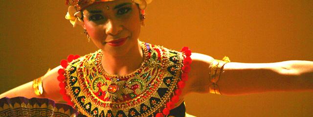Eine junge Frau tanzt in Originaltracht einen rituellen Balesischen Tanz