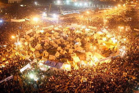 Menschenmassen protestieren am Tahrir-Platz in Kairo