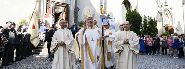 Benno Elbs nach seiner Weihe vor dem Feldkircher Dom