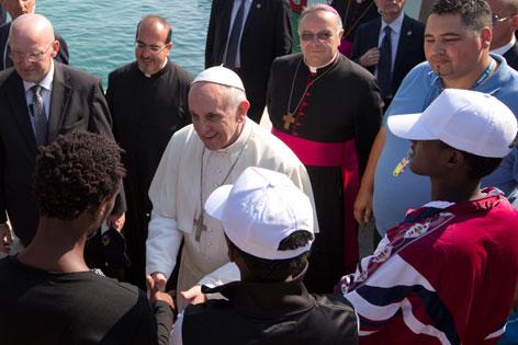 Papst Franziskus mit Migranten