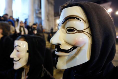 Unbekannte mit Guy-Fawkes-Masken