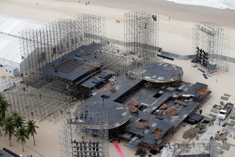 Baustelle einer großen Tribüne für den Weltjugendtag am Copacabana-Strand in Rio