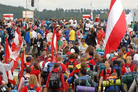 Pilger mit Österreich-Fahnen beim Weltjugendtag 2005 in Köln