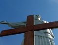 Das Weltjugendtagskreuz vor der Christo Redentor-Statue in Rio