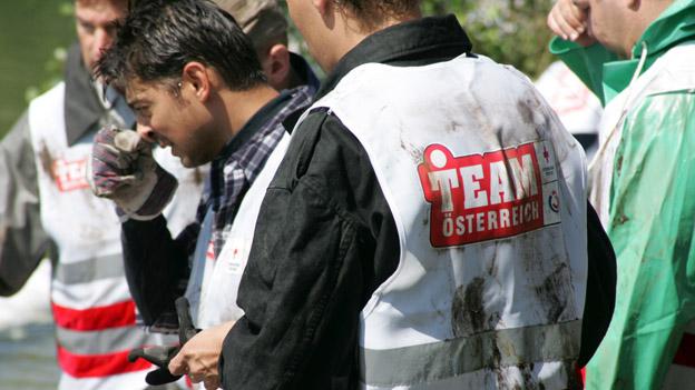 Team Österreich Mitglieder bei Aufräumarbeiten; Hochwasser-Hilfe
