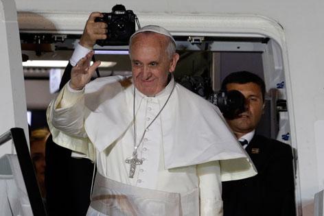 Papst Franziskus auf der Treppe zum Flugzeug