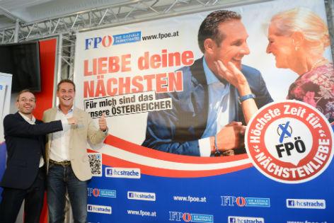 """Heinz-Christian Strache und Herbert Kickl vor einem Plakat mit der Aufschrift """"Liebe deinen Nächsten. Für mich sind das die Österreicher"""""""