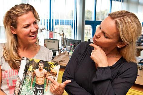 Romana Nachbauer zeigt Sylvia Graf ein Magazin