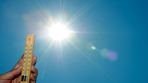 Thermometer wird in die Sonne gehaletn